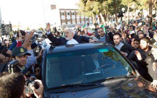 Ο Ιρανός υπ. Εξωτερικών Μοχαμάντ Τζαβάντ Ζαρίφ επευφημείται από πολίτες στην Τεχεράνη κατά την επιστροφή του από τη Λωζάννη. Η επικύρωση της συμφωνίας για το πυρηνικό πρόγραμμα της χώρας τον Ιούνιο θα σημάνει, σε πολύ μικρό χρονικό διάστημα, την πλήρη άρση των κυρώσεων, οι οποίες -σε συνδυασμό με τη ραγδαία πτώση της τιμής του πετρελαίου- έχουν επιφέρει βαρύ πλήγμα στην ιρανική οικονομία.