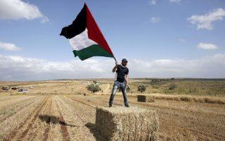 Αραβας Ισραηλινός ανεμίζει παλαιστινιακή σημαία στη διάρκεια πορείας υπέρ του δικαιώματος επιστροφής των Παλαιστίνιων προσφύγων, στην Τιβεριάδα. Χιλιάδες Αραβες Ισραηλινοί διαδήλωσαν την Ημέρα της Ανεξαρτησίας.