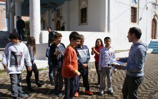 Γοητευτικό παιχνίδι και καθημερινό βίωμα για τους μαθητές του δημοτικού στο Καστελλόριζο έκανε την επιστημονική γνώση ο Ελληνας μεταπτυχιακός φοιτητής του Πανεπιστημίου Στάνφορντ των ΗΠΑ, Ευάγγελος Σκούρος. Με τη βοήθειά του, τα παιδιά συναρμολόγησαν ηλιακά αυτοκίνητα, ανακαλύπτοντας στην πράξη πώς η ηλιακή ενέργεια μετατρέπεται σε κινητική.