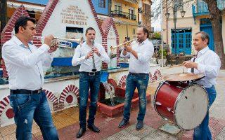 Περισσότεροι από 100 οργανοπαίκτες συνοδεύουν με τα «χάλκινα» την περιφορά τριών Επιταφίων τη Μεγάλη Παρασκευή. (Φωτογραφία: Αλέξανδρος Αβραμίδης)