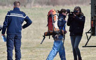 Στο επίκεντρο της επικαιρότητας οι αστυνομικοί, που ακόμα συγκεντρώνουν τα υπάρχοντα των θυμάτων της αεροπορικής τραγωδίας στις Γαλλικές Αλπεις.