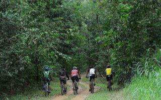 Επισκέπτες του πάρκου, δίπλα στη χωματερή της Μανίλας, απολαμβάνουν την ποδηλασία σε ένα από τα μονοπάτια που εκτείνονται σε 50 χιλιόμετρα, εκμεταλλεύομενοι τη σπάνια ομορφιά του φυσικού περιβάλλοντος.