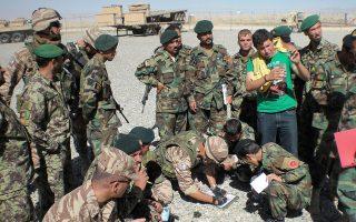 Ο Ραμίν  (με τα πολιτικά), ένας από τους επτά Αφγανούς μεταφραστές που περιμένουν τη βίζα, μεταφέρει τις οδηγίες του Ελληνικού Στρατού (με τις ανοιχτόχρωμες στολές) προς τους Αφγανούς στρατιώτες.