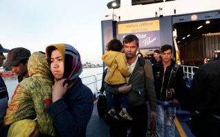 Μετανάστες αποβιβάζονται στο λιμάνι του Πειραιά από το πλοίο που τους μετέφερε από τη Μυτιλήνη. Χθες εντοπίστηκαν από το Λιμενικό στο Β. Αιγαίο άλλοι 294.