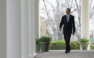 Ο Μπ. Ομπάμα κατευθύνεται στον Κήπο των Ρόδων του Λευκού Οίκου προκειμένου να ενημερώσει τους δημοσιογράφους για τη συμφωνία με το Ιράν.