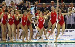 Οι παίκτριες του Ολυμπιακού πανηγυρίζουν για την κατάκτηση του τροπαίου μετά το τέλος του αγώνα μεταξύ των ομάδων Σαμπαντέλ – Ολυμπιακός για τον τελικό της Ευρωλίγκα στις γυναίκες που πραγματοποιήθηκε στο κλειστό κολυμβητήριο του Πειραιά «Πέτρος Καπαγέρωφ» (πρώην Παπαστράτειο), Παρασκευή 25 Απριλίου 2015. Τελικό αποτέλεσμα Σαμπαντέλ – Ολυμπιακός 9 - 10. ΑΠΕ ΜΠΕ/ΑΠΕ ΜΠΕ/ΣΠΥΡΟΣ ΧΟΡΧΟΥΜΠΑΣ