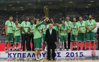 Ο Δημήτρης Διαμαντίδης σηκώνει το Κύπελλο Ελλάδος μετά τη νίκη του Παναθηναϊκού επί του Απόλλωνα Πατρών με 68-53.