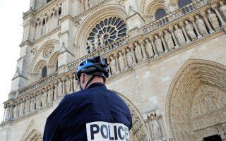 Αστυνομικοί περιπολούν μπροστά από την Παναγία των Παρισίων, μετά την αποκάλυψη σχεδίου επίθεσης τζιχαντιστών σε εκκλησίες.