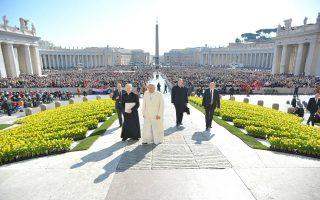 Πλήθη πιστών αναμένουν την εβδομαδιαία ακρόαση του Πάπα στην πλατεία του Αγίου Πέτρου.