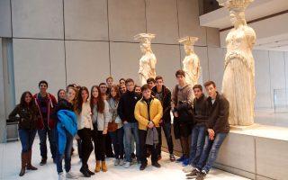 Νεαροί επισκέπτες του Μουσείου φωτογραφίζονται μπροστά στις Καρυάτιδες.
