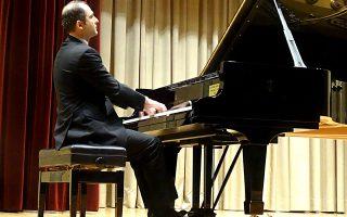 Ο πιανίστας Αρης Γραικούσης στο ρεσιτάλ που έδωσε προχθές στον «Παρνασσό».
