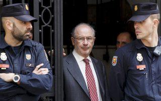 Ο πρώην γενικός διευθυντής του ΔΝΤ, Ροδρίγο Ράτο, βγαίνει από το γραφείο του στη Μαδρίτη μετά την έρευνα που πραγματοποίησαν επί δύο ημέρες άνδρες του σώματος δίωξης οικονομικού εγκλήματος, καθώς υπάρχουν σε βάρος του υποψίες για διαφθορά.