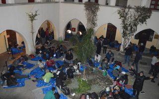 Μετανάστες ξαπλωμένοι στο προαύλιο του Αστυνομικού Τμήματος της Κω, τη Μεγάλη Τετάρτη.