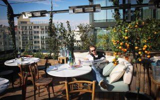 Μέλος της λέσχης Soho House απολαμβάνει τη θέα από το μπαλκόνι του εστιατορίου μέσα στην έπαυλη, στην οποία κάποτε στεγαζόταν το αμερικανικό προξενείο στην Κωνσταντινούπολη.