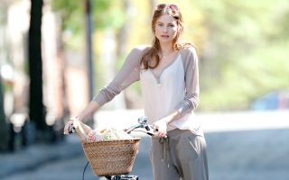 Behati Prinsloo seen with a vintage bicycle while doing a Victoria Secret photoshoot in NYC.<P><noscript><img width=