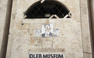 Κατεστραμμένη αφίσα του Ασαντ πάνω στο μουσείο της Ιντλίμπ, που κινδυνεύει από τους τζιχαντιστές.