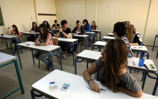Το συνολικό κόστος της προετοιμασίας ενός υποψηφίου υπολογίζεται περί τα 14.000 ευρώ, ενώ λειτουργούν 2.589 φροντιστήρια μέσης εκπαίδευσης, με 150.000 μαθητές και διδάσκουν περίπου 20.000 εκπαιδευτικοί.