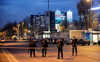 Οργανα της τάξης έξω από την αστυνομική διεύθυνση της Πόλης, που δέχθηκε ένοπλη επίθεση.