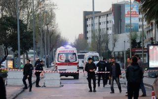 Ασθενοφόρα στον δρόμο που οδηγεί στην κεντρική αστυνομική διεύθυνση Κωνσταντινούπολης. Μία γυναίκα που επιτέθηκε εναντίον της φρουράς του κτιρίου με όπλο έπεσε νεκρή, χωρίς να γίνει γνωστό με τι συνδέεται το περιστατικό.