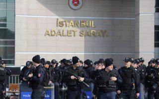 Η τουρκική αστυνομία έχει σχηματίσει κλοιό γύρω από το κτίριο, μετά την εισβολή της οργάνωσης DHKP-C.