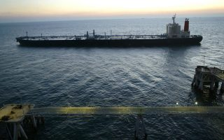 Oι ανησυχίες των αναλυτών έχουν να κάνουν με τη σύρραξη στην Υεμένη, όπου η Σαουδική Αραβία χτυπά θύλακες Σιιτών ανταρτών, τους οποίους στηρίζει το Ιράν. H κλιμάκωση της σύγκρουσης ίσως παρεμποδίσει τα πετρελαιοφόρα πλοία να πλεύσουν στον Περσικό Κόλπο.
