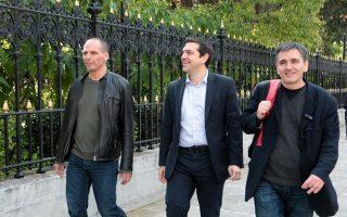 Ο πρωθυπουργός Αλέξης Τσίπρας με τους κκ. Βαρουφάκη και Τσακαλώτο.