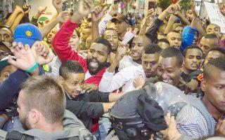 Μέλη της μειονότητας των «φελάσα», Εβραίων της Αιθιοπίας, συγκρούονται με αστυνομικές δυνάμεις, το βράδυ της Πέμπτης, στην Ιερουσαλήμ.