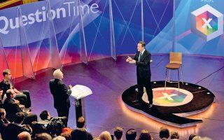 Ο Βρετανός πρωθυπουργός Ντέιβιντ Κάμερον απαντάει σε ερωτήσεις πολιτών, στο Λιντς της Αγγλίας, κατά τη διάρκεια προεκλογικής εκπομπής του BBC, με συντονιστή των Ντέιβιντ Ντίπλεμπι (όρθιος αριστερά). Κάθε ένας εκ των πολιτικών ηγετών απαντούσε επί τριάντα λεπτά στις ερωτήσεις του κοινού.