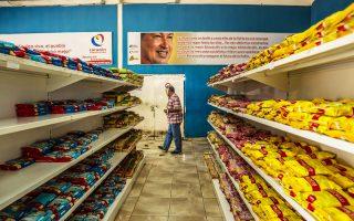 H Bενεζουέλα διαθέτει τα μεγαλύτερα αποδεδειγμένα αποθέματα πετρελαίου στον κόσμο. Κι όμως, αντιμετωπίζει ελλείψεις βασικών αγαθών.