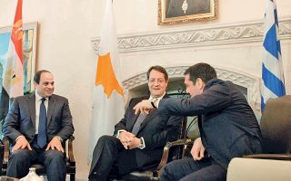 Στην τριμερή συνάντηση Ελλάδας, Κύπρου και Αιγύπτου που έγινε την περασμένη Τετάρτη στη Λευκωσία οι κ. Τσίπρας, Αναστασιάδης και Αλ Σίσι προέβησαν σε κοινή δήλωση για την οριοθέτηση των ΑΟΖ.