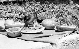 Καλοκαίρι του 1964 στο Ηράκλειο Αττικής, με τον μικρό να γεύεται σκανταλιάρικα μια δαγκωνιά καρπούζι, τα χρόνια που η κατακόκκινη φέτα του, όπως μια κουταλιά βανίλια, ήταν η πιο λαχταριστή λιχουδιά.
