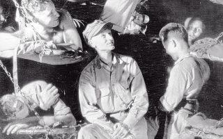 Ο Ερνι Πάιλ εν μέσω Αμερικανών στρατιωτών, κατά τη διάρκεια του Β΄ Π. Π. Τη δική τους δράση ανέδειξε με τα ρεπορτάζ του από την πρώτη γραμμή.