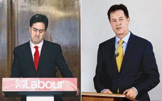 Αναλαμβάνοντας την ευθύνη της βαριάς εκλογικής ήττας, οι ηγέτες των Βρετανών Εργατικών, Εντ Μίλιμπαντ (αριστερά) και των Φιλελευθέρων, Νικ Κλεγκ (δεξιά), ανακοινώνουν την παραίτησή τους από την ηγεσία των κομμάτων τους.