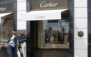 Καμεραμάν απαθανατίζει την πρόσοψη του καταστήματος Cartier στη λεωφόρο Κρουαζέτ των Καννών, μετά τη ληστεία.