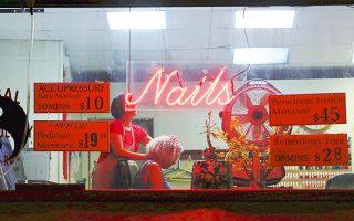 Πελάτισσα δέχεται μασάζ την ώρα που στεγνώνουν τα νύχια της, σε κατάστημα περιποίησης στους 14 δρόμους, στο δυτικό τμήμα της Νέας Υόρκης.