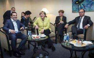 This handout picture released by German government on May 21, 2015 shows German Chancellor Angela Merkel (C), Greek Prime Minister Alexia Tsipras (L) and French President Francois Hollande (R) waiting before a meeting on the sidelines of the EU summit in Riga.  AFP PHOTO / BUNDESREGIERUNG / GUIDO BERGMANN