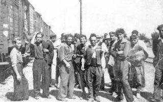 Αύγουστος 1945, Βουλγαρία, στον δρόμο της επιστροφής από ναζιστικά στρατόπεδα. Με σταυρό διακρίνεται ο Νίκος Σαμούρης, ένας από τους τελευταίους σήμερα επιζώντες κρατούμενους, που παραχώρησε ευγενικά τη φωτογραφία. Η προσωπική του ιστορία έχει καταγραφεί από τη Δέσποινα Λάππα-Κόντου στο βιβλίο «Σ' όποια γλώσσα κι αν το πεις» (Διόπτρα, 2010).