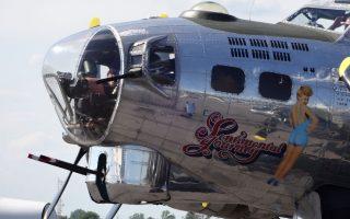 Η Μπέτι Γκρέιμπλ σε Ιπτάμενο Φρούριο Β-17, βομβαρδιστικό της Μπόινγκ που είχε καθοριστική συμμετοχή στον πόλεμο πάνω από την Ευρώπη. Διακρίνεται ο αριθμός των αποστολών βομβαρδισμού του αεροσκάφους καθώς και η ονομασία του: «Συναισθηματικό ταξίδι». Αναφορά σε σουξέ της εποχής αλλά και μια κάποια ειρωνεία...