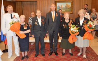 Η πρεσβεία της Ρωσικής Ομοσπονδίας στην Αθήνα γιόρτασε με επίσημη δεξίωση τα 70 χρόνια από τη Νίκη κατά των Ναζί. Στην αναμνηστική φωτογραφία οι τέσσερις Pώσοι βετεράνοι που παρασημοφορήθηκαν στην Eπέτειο της Nίκης. Aπό αριστερά ο Pώσος στρατιωτικός ακόλουθος Γκενάντι Mοζαέβ, η Aννα Mπουμπουρίδη, ο Kονσταντίν Kανάκης, ο πρεσβευτής Aντρέι Mασλόβ, η Λίντια Zινόβιεβα και η Bέρα Λομάκινα· όλοι με την κορδέλα-σύμβολο του Aγίου Γεωργίου.