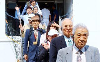Στα πρόσωπα των Επιζώντων της Χιροσίμα και του Ναγκασάκι η τραγική παιδική τους εμπειρία δεν αφήνει περιθώριο για χαμόγελα, καθώς κατέβηκαν από το «Πλοίο της Ειρήνης». Το φετινό 87ο παγκόσμιο ταξίδι είναι αφιερωμένο στην 70ή Επέτειο της αντιφασιστικής νίκης στον Β΄ Παγκόσμιο Πόλεμο, αλλά και στη θλιβερή 70ή επέτειο των ατομικών βομβαρδισμών της Χιροσίμα και του Ναγκασάκι 6 και 9 Αυγούστου 1945. Με αίτημα: έναν κόσμο χωρίς πυρηνικά και χωρίς πολέμους. (ΑΠΕ-ΜΠΕ/Ταλάεβιτς Ιγκόρ, 13/5/2015)