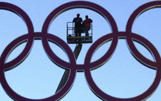 Πώληση μέσω eBay. Οι Ολυμπιακοί Κύκλοι που βρισκόταν κρεμασμένοι στην γέφυρα του  Σίδνει στην διάρκεια των Ολυμπιακών Αγώνων του 2000, πωλήθηκαν. Μάλιστα η πώληση που έγινε μέσω eBay έφτασε το ποσό των 17.100 δολαρίων. Οι κύκλοι είχαν βρεθεί παρατημένοι σε κτίριο που κάποτε ανήκε στην εταιρία που τους κατασκεύασε. EPA/DEAN LEWINS