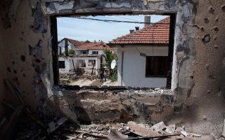 Είκοσι δύο νεκρούς, και ερειπωμένα νοικοκυριά, όπως αυτό της φωτογραφίας, άφησαν πίσω τους οι συγκρούσεις ενόπλων Αλβανών με την αστυνομία της ΠΓΔΜ στο Κουμάνοβο.