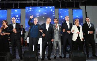 Μια ασυνήθιστη εικόνα: Οι υπουργοί Εξωτερικών της Ελλάδας και της Τουρκίας, κ. Κοτζιάς και Τσαβούσογλου, μετά το δείπνο του ΝΑΤΟ, κρατιούνται από τα χέρια και τραγουδούν για την ειρήνη το «We are the world». Μαζί τους (δεξιά), o γ.γ. του ΝΑΤΟ Γενς Στόλτενμπεργκ και η εκπρόσωπος της Ε.Ε. για την εξωτερική πολιτική, Φεντερίκα Μογκερίνι.