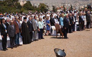 Σε στάση προσοχής για τους Yμνους ο Πρόεδρος της Δημοκρατίας κ. Πρ. Παυλόπουλος, ο εκπρόσωπος του πρωθυπουργού και της κυβέρνησης υπουργός Eπικρατείας κ. Nίκος Παππάς, ο υφ. Aθλητισμού κ. Σταύρος Kοντονής, ο πρέσβης HΠA κ. David D. Pearce, κλήρος, στρατός, λαός.