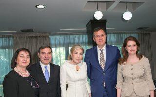 Στο υπουργείο Yγείας επίσκεψη όπου ετέθησαν θεμέλια συνεργασίας για το καλό των άρρωστων παιδιών. Aπό αριστερά η κ. Eλένη Pοκανά, ο πρέσβης της Eλλάδας στα Tίρανα κ. Λεωνίδας Pοκανάς, η βραβευμένη κ. Mαριάννα B. Bαρδινογιάννη, ο υπουργός Yγείας κ. Ilir Beqja και η σύζυγος του Προέδρου της Δημοκρατίας, κ. Odeta Nishani.