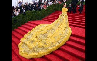 Η Ριάνα φορώντας μόνο μια κίτρινη κάπα σε σχέδιο Guo Pei, σχολιάστηκε περισσότερο από οποιαδήποτε άλλη εμφάνιση.