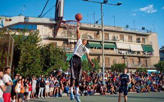 Οι αδελφοί Αντετοκούνμπο περνούν τις διακοπές τους παίζοντας μπάσκετ στην παλιά τους γειτονιά.