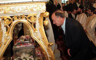 Πιστοί προσκυνάνε το ιερό λείψανο της Αγίας Βαρβάρας, Κυριακή 10 Μαΐου 2015. Το ιερό λείψανο της Αγίας Βαρβάρας - το οποίο για πρώτη φορά εδώ και 1000 χρόνια μεταφέρεται σε Ορθόδοξη χώρα - έρχεται την Κυριακή στην Ελλάδα, στον ιερό ναό Αγίας Βαρβάρας. Το ιερό λείψανο, που φυλάσσεται τους τελευταίους δέκα αιώνες στην Ιταλία, έρχεται με την συγκατάθεση του Ρωμαιοκαθολικού Πατριάρχη της Βενετίας και του Βατικανού για 15 ημέρες στην Αποστολική Διακονία της Εκκλησίας της Ελλάδος, ως ευλογία με αφορμή την έναρξη των εορτασμών για τα 80 χρόνια από της ιδρύσεως της. ΑΠΕ-ΜΠΕ/ΑΠΕ-ΜΠΕ/ ΠΑΝΤΕΛΗΣ ΣΑΙΤΑΣ