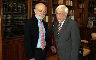 Ο Πρόεδρος της Δημοκρατίας Προκόπης Παυλόπουλος (Δ) υποδέχεται τον Γιώργο Λιάνη (Α) στη σημερινή τους συνάντηση στο Προεδρικό Μέγαρο, Σάββατο 16 Μαΐου 2015. Ο Γιώργος Λιάνης ενημέρωσε τον Πρόεδρο για την επετειακή συναυλία του  Λευτέρη Παπαδόπουλου με τον Σταύρο Ξαρχάκο στο Καλλιμάρμαρο, και για τις φετινές εκδηλώσεις των Πρεσπών. ΑΠΕ- ΜΠΕ/ ΑΠΕ-ΜΠΕ/Αλέξανδρος Μπελτές