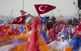 epa04753618 Supporters of the Turkish Prime Minister Ahmet Davutoglu cheer and wave Turkish flags during a general election rally in Istanbul, Turkey, 17 May 2015. Turkey's general elections will be held on 07 June 2015.  EPA/SEDAT SUNA